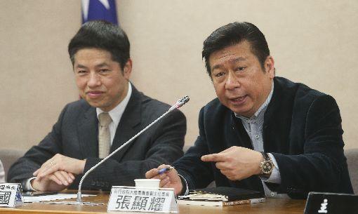 張顯耀分析兩岸情勢前陸委會副主委張顯耀(右)16日出席「大陸修憲通過,台灣如何因應」記者會,分析兩岸情勢和對未來的看法。中央社記者謝佳璋攝 107年3月16日