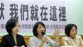 打破沉默 黃淑英訴說性騷擾事件 台灣女人連線等團體15日在台大校友會館舉行「#Me too 打破沉默,我們就在這裡」記者會,台灣女人連線常務理事黃淑英(中)訴說自己遭受性騷擾的經驗。中央社記者鄭傑文攝 107年3月15日
