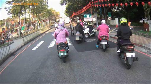 暖警帥氣助老奶奶過馬路/《重機車友▕ 各區路況、天氣回報中心》臉書