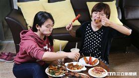 台灣癌症基金會調查顯示,有47.9%患腸瘜上班族有吃消夜習慣,用餐時間也不固定。(示意圖/台灣癌症基金會提供)