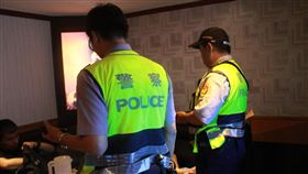 警方針對青少年容易聚集的網咖、夜店、KTV等場所執行臨檢。(圖/翻攝畫面)