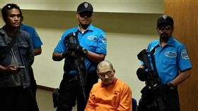 印尼破獲51公斤安毒走私案印尼國家緝毒局15日在雅加達逮捕3名涉及安非他命販運的嫌犯,包括一名被警方射殺身亡的台籍嫌犯。圖穿橘色囚衣者為涉案印尼籍嫌犯。中央社記者周永捷雅加達攝  107年3月16日