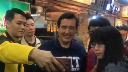 馬迷擠爆花蓮東大夜市 攤販力推:再選總統啦(圖/翻攝自魏嘉賢臉書)