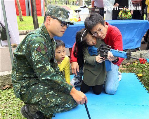 國防部支援天使心家族基金會辦理「336愛奇兒日」活動,民眾T-91步槍射擊模擬、傘具穿戴、穿飛行服彈射座椅,體驗「一日軍人」。(記者邱榮吉/攝影)