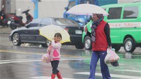 全台留意較大雨勢(1)鋒面接近,大台北地區28日午後開始下雨,中央氣象局表示,信義區、中山區、內湖區,南港區都已有明顯雨勢,降雨範圍也會擴大。中央社記者吳家昇攝 107年2月28日