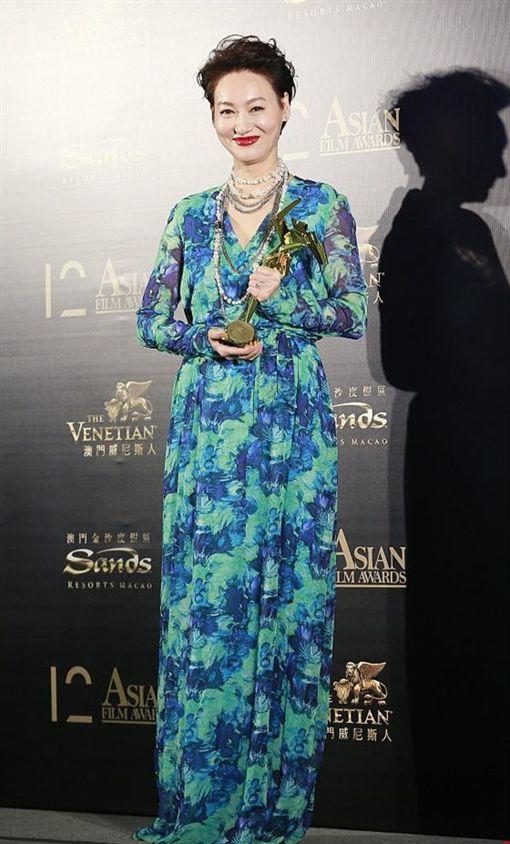 第12屆亞洲電影大獎,卓越電影人,惠英紅。(圖/翻攝自微博)