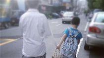 男童牽著父親少了一段手臂 圖/翻攝自Dcard