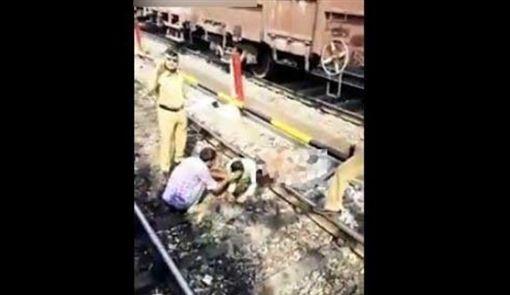 男被火車輾過_http://hsbnoticias.comhttp://hsbnoticias.com/noticias/internacional/espeluznante-hombre-fue-partido-en-dos-por-un-tren-en-india-397498