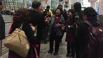陳菊訪美 抵達首站紐約高雄市長陳菊(中)訪美,17日晚(本地時間)抵達首站紐約。中央社記者黃兆平紐約攝 107年3月18日