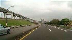 開車驚見前方轎車逆向行駛,嚇得他超車搖窗大喊。(圖/翻攝爆料公社)