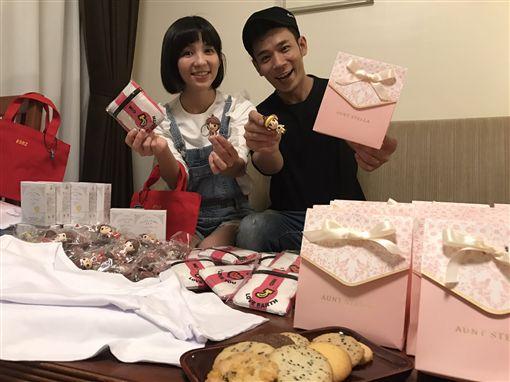 ▲香蕉哥哥與草莓姐姐用心準備超多特製婚禮小物。(圖/紅火娛樂提供)