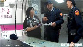 張婦遇上詐騙集團假扮的外籍醫師,對方聲稱寄送「愛的盒子」,但物品卡在海關,要求張婦匯7萬元稅金,如有不從將來台對她不利,所幸保七警員及時阻止這場騙局(翻攝畫面)