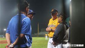 史耐德在5局要求與葉君璋討論提前結束熱身賽。(圖/記者王怡翔攝)