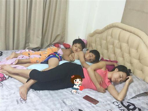 艾美完全不在乎兒子的手就放在胸部上。(圖/翻攝自IG)