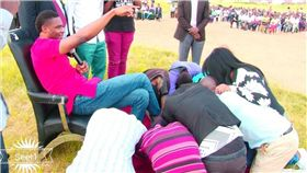 先知,神棍,舔腳,牧師,鞋子,Andrew Ejimadu,奈及利亞 圖/翻攝自臉書