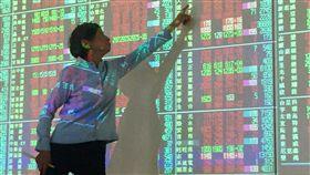 台股大漲逾百點(1)台北股市23日收盤上漲132.17點,為10794.55點,漲幅1.24%,成交金額新台幣1234.32億元,站上季線10746點。中央社記者董俊志攝  107年2月23日