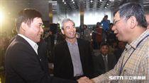 台北市長柯文哲與前台北市長郝龍斌同台出席「敬老啟程幸福轉乘」記者會。 圖/記者林敬旻攝