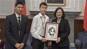 蔡英文總統接見「財團法人台灣兒童暨家庭扶助基金會『用台灣的愛,許國際貧童一個未來』活動之國外扶助兒少」。(圖/總統府提供)