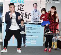康康一家大小為小朋友過敏拍MV「過敏一定治的好」。(記者邱榮吉/攝影)