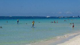 長灘島遊客戲水