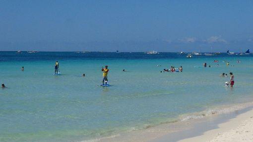 長灘島遊客戲水為恢復環境,菲律賓政府最快可能在4月開始關閉知名旅遊景點長灘島(Boracay),時間可達一年之久。圖為遊客在長灘島的蔚藍海水中嬉戲。(資料照片)中央社記者林行健長灘島攝 107年3月20日-長灘島-戲水-玩水-海邊-海灘-度假-