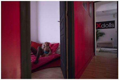 法國新開一家「矽膠娃娃妓院」引發爭議。(圖/翻攝Les Inrocks)