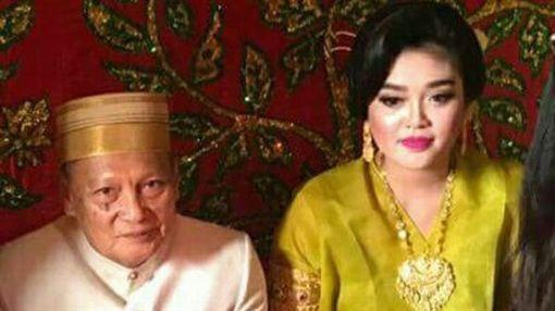 印尼南蘇拉威西省一名7旬前副市長達祖丁,去年娶了一位25歲女大生安迪,但婚後不久,安迪就被爆出與新歡在酒店幽會,日前兩人傳出離婚消息,段「爺孫戀」婚姻維持不到1年就告吹。(圖/翻攝自中國報)