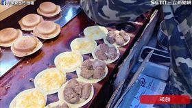車輪餅包鹽酥雞與起司。(圖/翻攝自小象愛出門臉書)