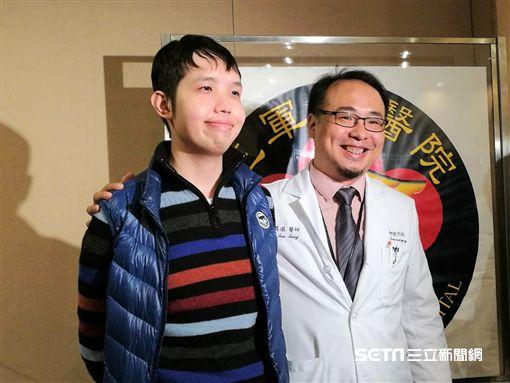 徐先生(左)在接受虛擬神經導航徑路影像及經鼻腔內視鏡微創手術治療,將腦部腫瘤全摘除後,恢復視力,內分泌荷爾蒙及增壓藥也日益減少。(圖/記者楊晴雯攝)