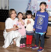 創作歌手林采欣化身圓夢天使,親自製做雞蛋糕與小朋友提前過兒童節,替弱勢兒童籌募營養餐費。(記者邱榮吉/攝影)