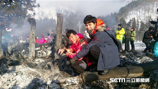 惟毅、任祐成主持《愛玩客》,赴日本長野體驗傳統習俗火祭