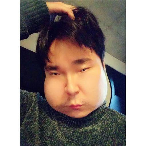 青峰樂此不疲大玩變臉app。(圖/翻攝自臉書)