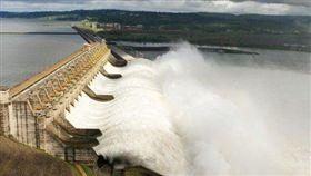 巴西北部美山水力發電廠故障,14州大停電。(圖/翻攝twitter)