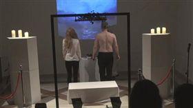 拉脫維亞一名33歲藝術家伯辛斯(Arturs Berzins)日前進行一場直播表演,他找了2位助理一起直播「割人肉」、「吃人肉」,血腥的畫面讓不少網友都無法接受,目前警方已介入調查。(圖/翻攝自YouTube)