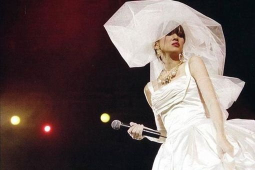 梅艷芳,演唱會婚紗。(翻攝自微博)