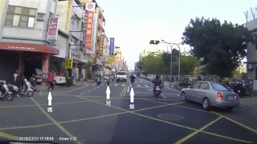 阿嬤看到孫子衝過馬路找媽媽討抱 竟悠哉在馬路中央甩手 險遭撞/爆料公社