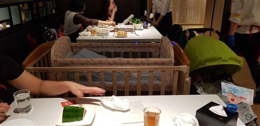 網友在新加坡海底撈看見店員搬出嬰兒床,大讚超貼心。(圖/翻攝爆廢公社)