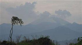 印尼,伊真火山,硫磺,氣體,撤離,火山口,噴發(圖/翻攝自@GulfTimes_QATAR)