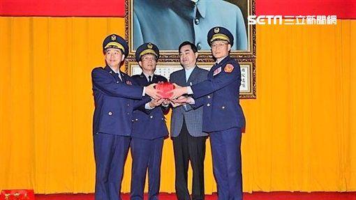 台北市警局舉行聯合佈達典禮,張素菱為新任萬華分局長,黃永志則升任中山分局長(翻攝畫面)
