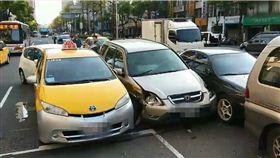新北市板橋23日早晨發生一起推撞車禍。(圖/翻攝畫面)