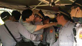 公投盟帳篷遭強制拆除,與警方一度衝突 盧冠妃攝
