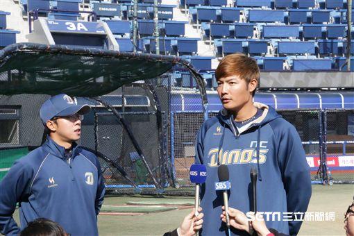 ▲王維中開幕戰前接受韓國媒體訪問。(圖/記者蕭保祥攝)
