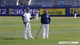 ▲王維中(左)與NC恐龍教練練球時有說有笑。(圖/記者蕭保祥攝)