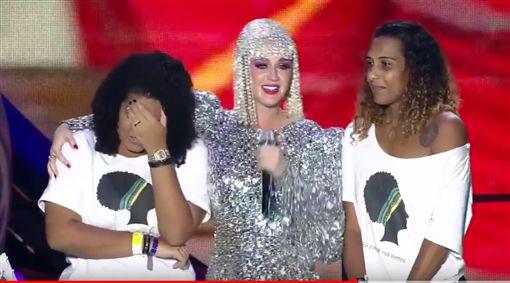 ▲凱蒂佩芮在巴西里約演唱會,邀請歌迷上台。(圖/翻攝自YouTube)