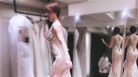 劉雨柔PO出試婚紗照,前凸後翹好身材讓人一覽無遺。(圖/翻攝自臉書)