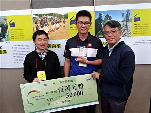 ▲王貞棋(左起)、導演劉猷少與指導老師馬鈺龍。(圖/台體大運傳系提供)