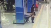 等地鐵顧滑手機 色狼蹲低偷窺裙底都不知