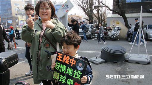 ▲韓國球迷製作看板幫王維中加油。(圖/記者蕭保祥攝)