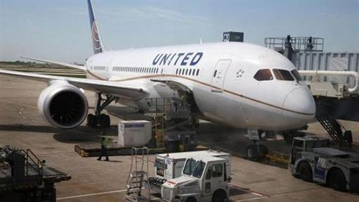 美國聯合航空機位又超賣,這回賠償30萬讓乘客笑呵呵。(圖/翻攝CNBC)