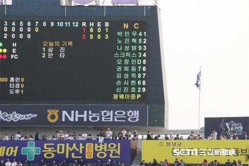 ▲王維中韓文名自出現在NC恐龍馬山球場LED計分板上。(圖/記者蕭保祥攝)